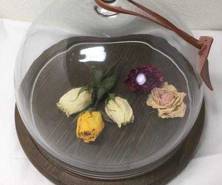 花を入れたガラスドームの写真