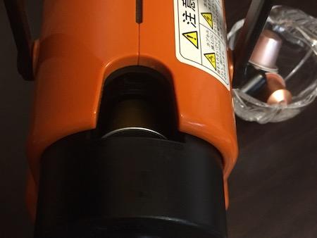 ネスプレッソにカプセルを入れている写真