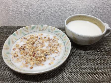 オーガニックシリアルとミルクの組み合わせ写真