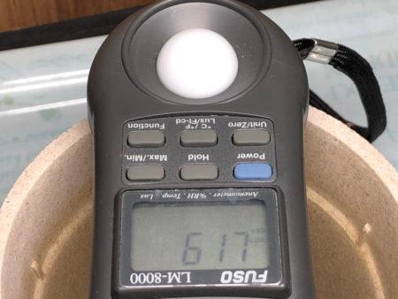 クリップ式植物育成ライトを設置して照度を測定している写真4