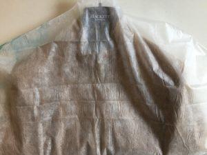 革ジャケットにカバータイプの防虫剤をかけた写真