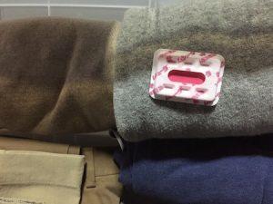 服の上に置いた防虫剤の写真