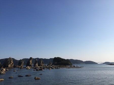 橋杭岩と大橋の写真