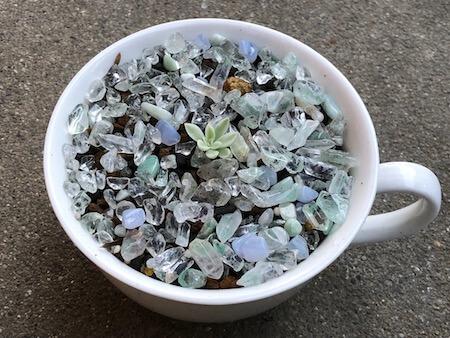 天然石と一緒に鉢植えした女雛錦の写真