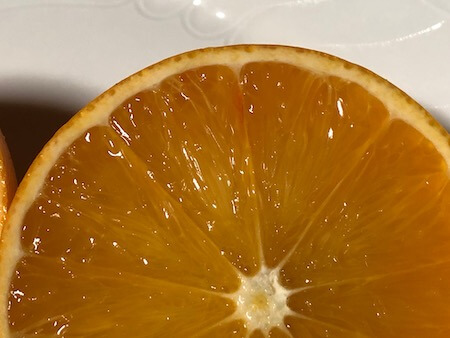 部分的に色づいているタロッコ果実の写真