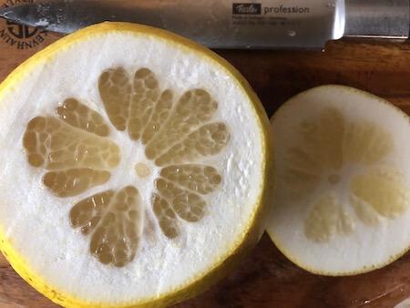 上下をカットしたグレープフルーツの写真