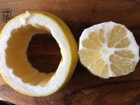 くり抜いたグレープフルーツの果皮と果実の写真