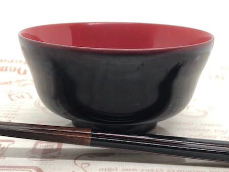 漆塗りの器とお箸の写真