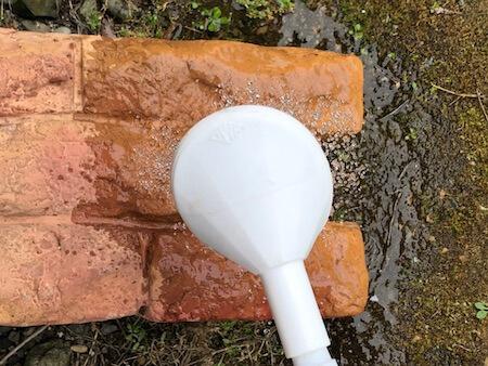 花壇ブロックのホコリを洗い流している写真