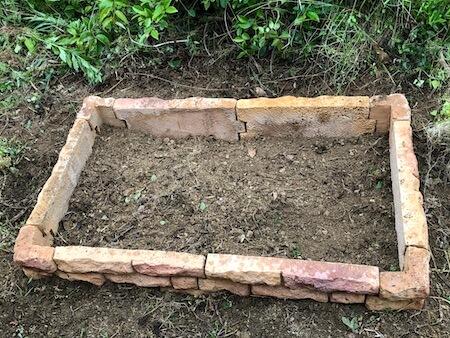 穴を掘りながら花壇ブロックを仮設置している写真3