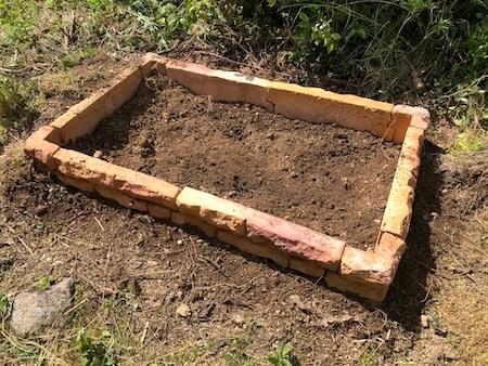 高さを調整し、土で固め終わった花壇ブロックの写真