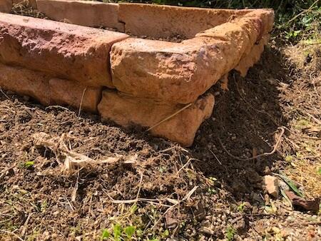 高さを調整し、土で固め終わった花壇ブロックの写真2