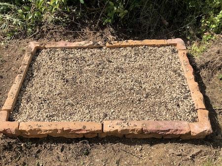 培養土の素材を混ぜ合わせた花壇の写真